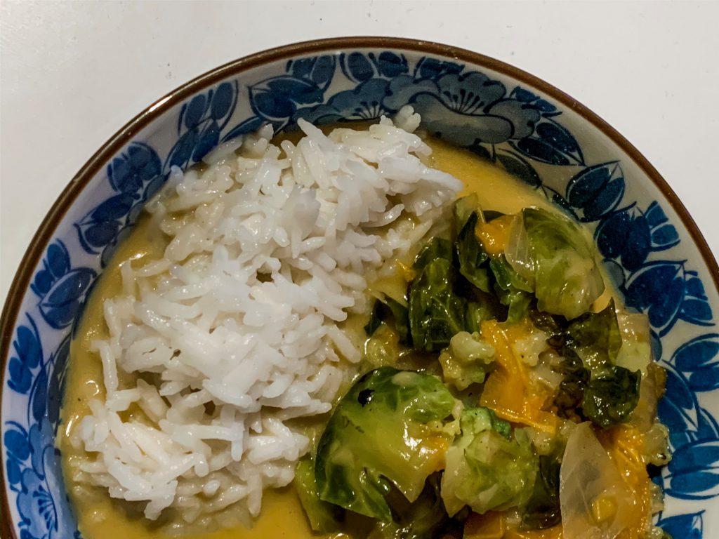 Rosenkohl Curry mit Romanesco und Kokosmilch
