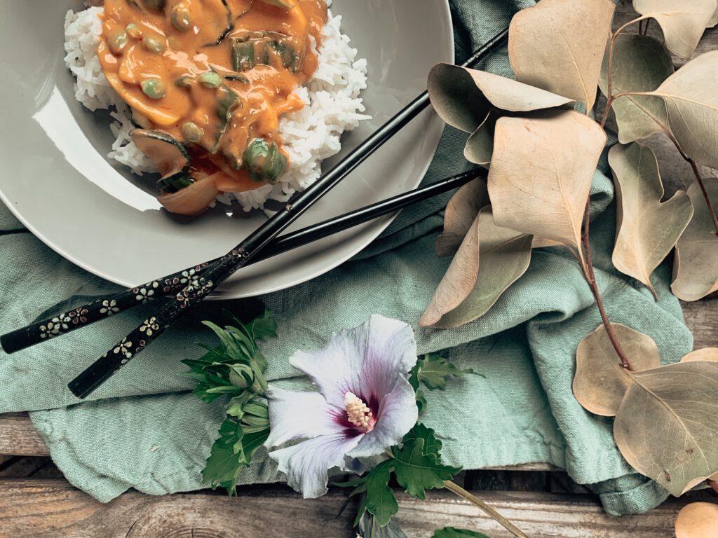 Sommergemüse in Erdnuss Sauce (+ Tipps zu nachhaltigen Reis-Alternativen)